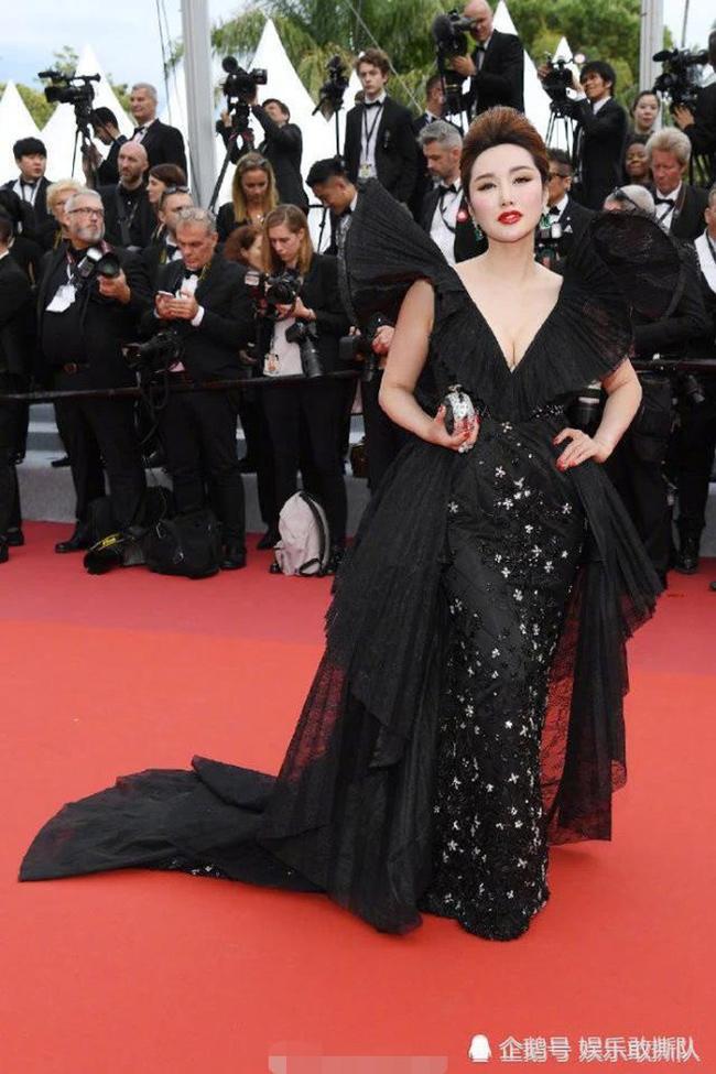 Chiêu mặc hở hang, rẻ tiền để nổi tiếng của sao vô danh trên thảm đỏ Cannes 2019 Ảnh 14