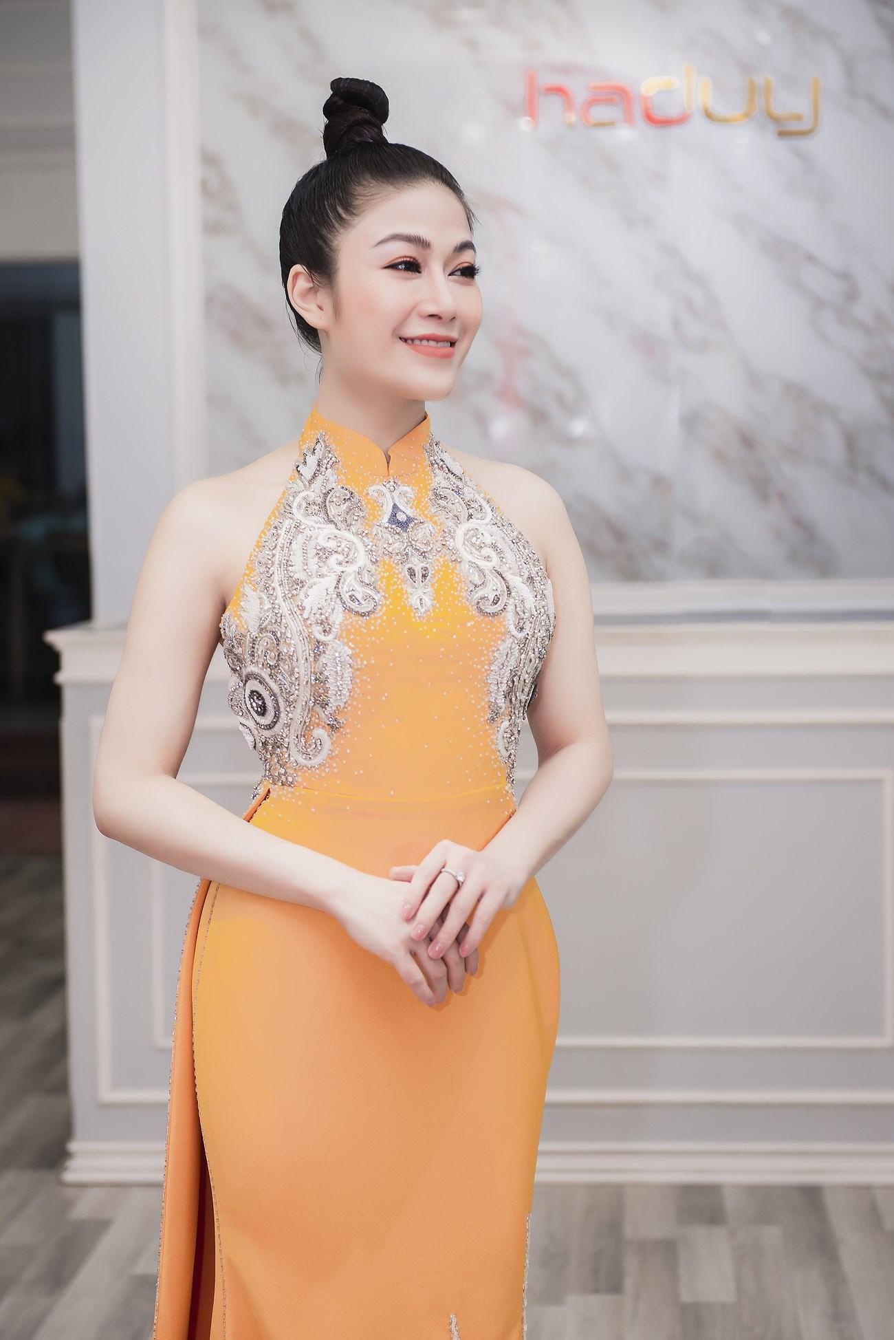 Người đẹp xứ Thanh mang 50kg trang phục tham dự LHP Cannes Ảnh 7