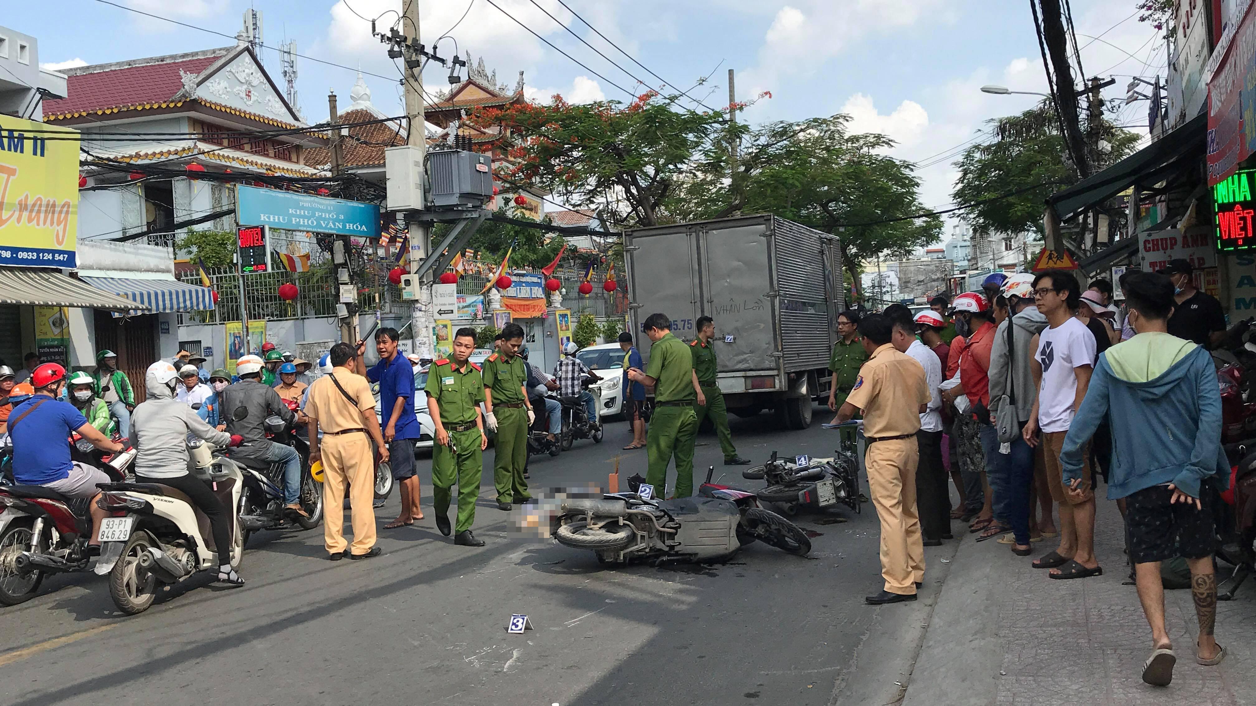 Va chạm ôtô tải, người phụ nữ tử vong ở Sài Gòn Ảnh 1