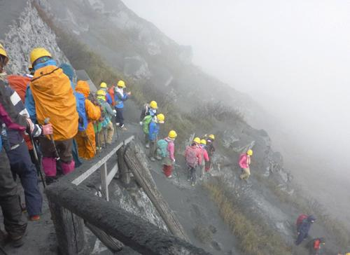 Nhật Bản giải cứu khoảng 200 người bị mắc kẹt trên núi do mưa lớn ảnh 1