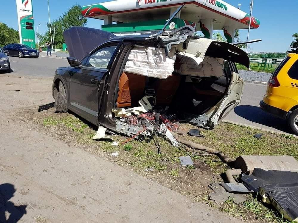 Audi Q7 đâm vào cột đèn, thân xe đứt làm đôi Ảnh 4