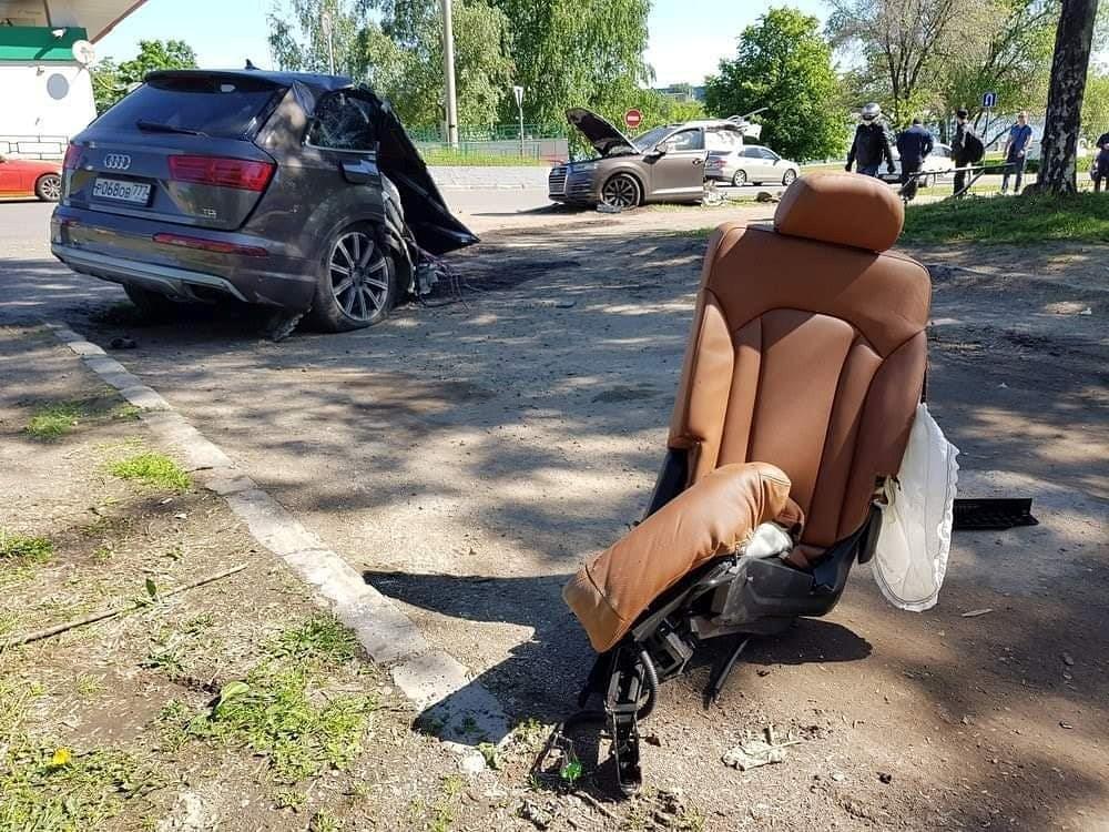 Audi Q7 đâm vào cột đèn, thân xe đứt làm đôi Ảnh 3