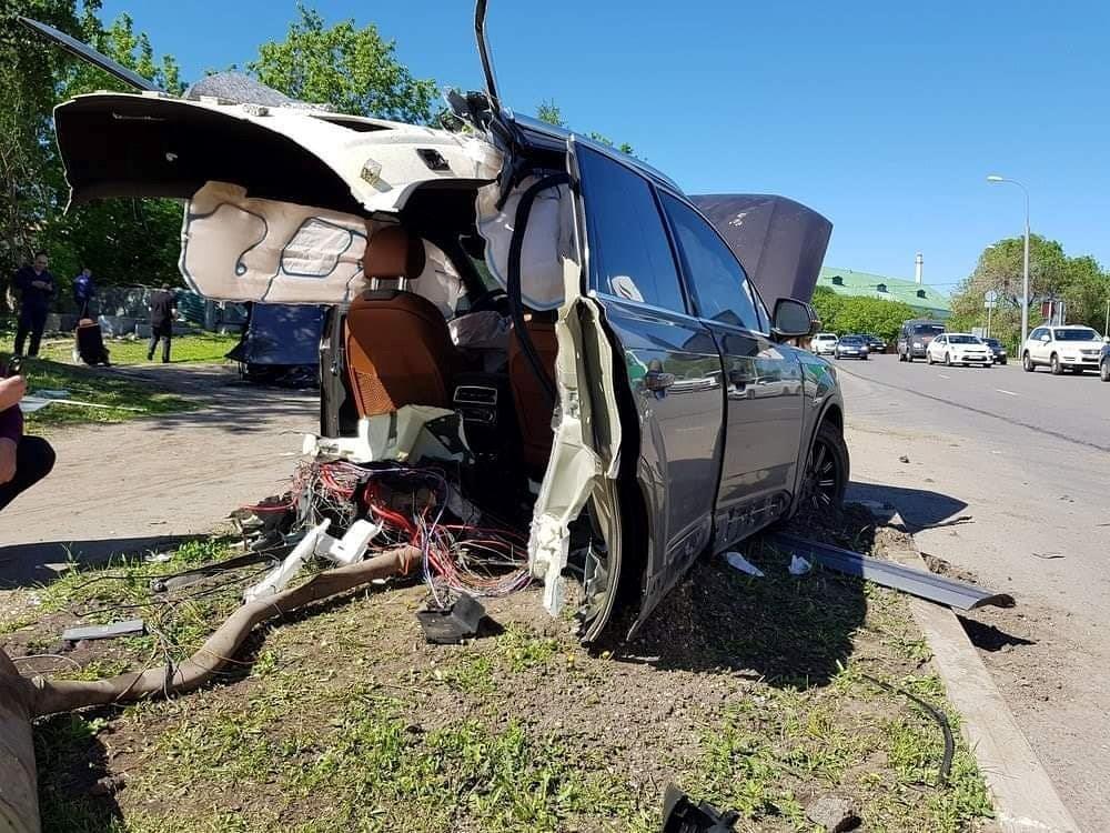 Audi Q7 đâm vào cột đèn, thân xe đứt làm đôi Ảnh 1