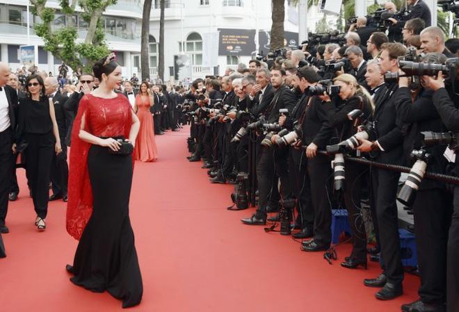 Không mặc hở hang như Ngọc Trinh, Lý Nhã Kỳ vẫn gây náo loạn thảm đỏ Cannes suốt 5 năm Ảnh 4