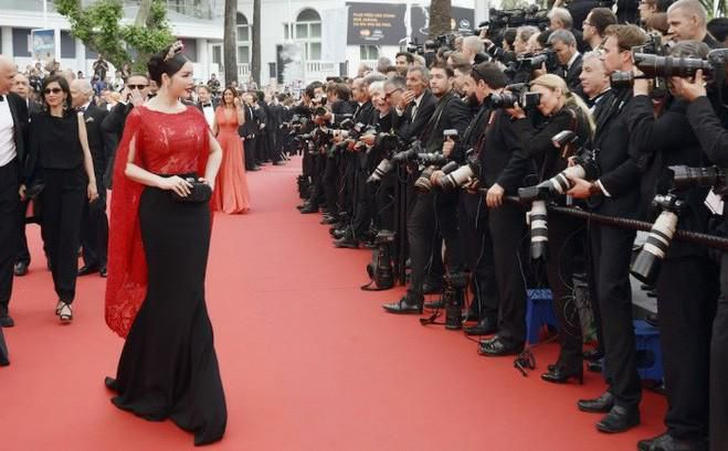 Không mặc hở hang như Ngọc Trinh, Lý Nhã Kỳ vẫn gây náo loạn thảm đỏ Cannes suốt 5 năm Ảnh 1