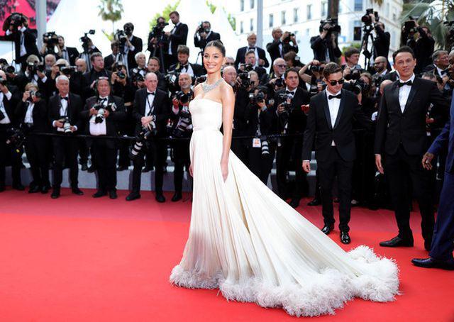 Tình trẻ của Leonardo DiCaprio hóa công chúa lộng lẫy trên thảm đỏ Ảnh 7
