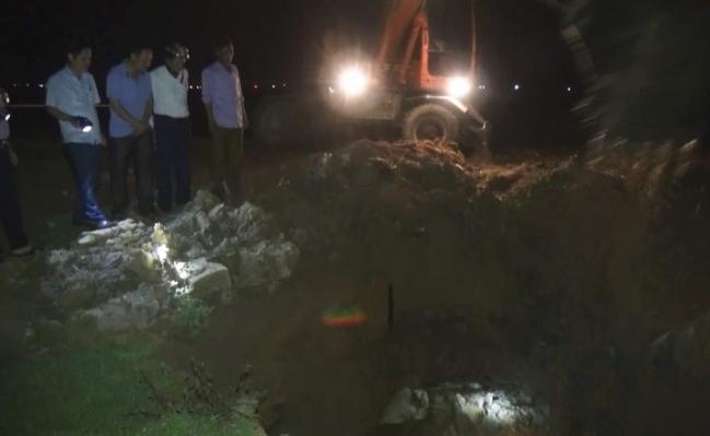 Hà Tĩnh: Vứt hàng chục con lợn chết trên kênh thủy nông Ảnh 1