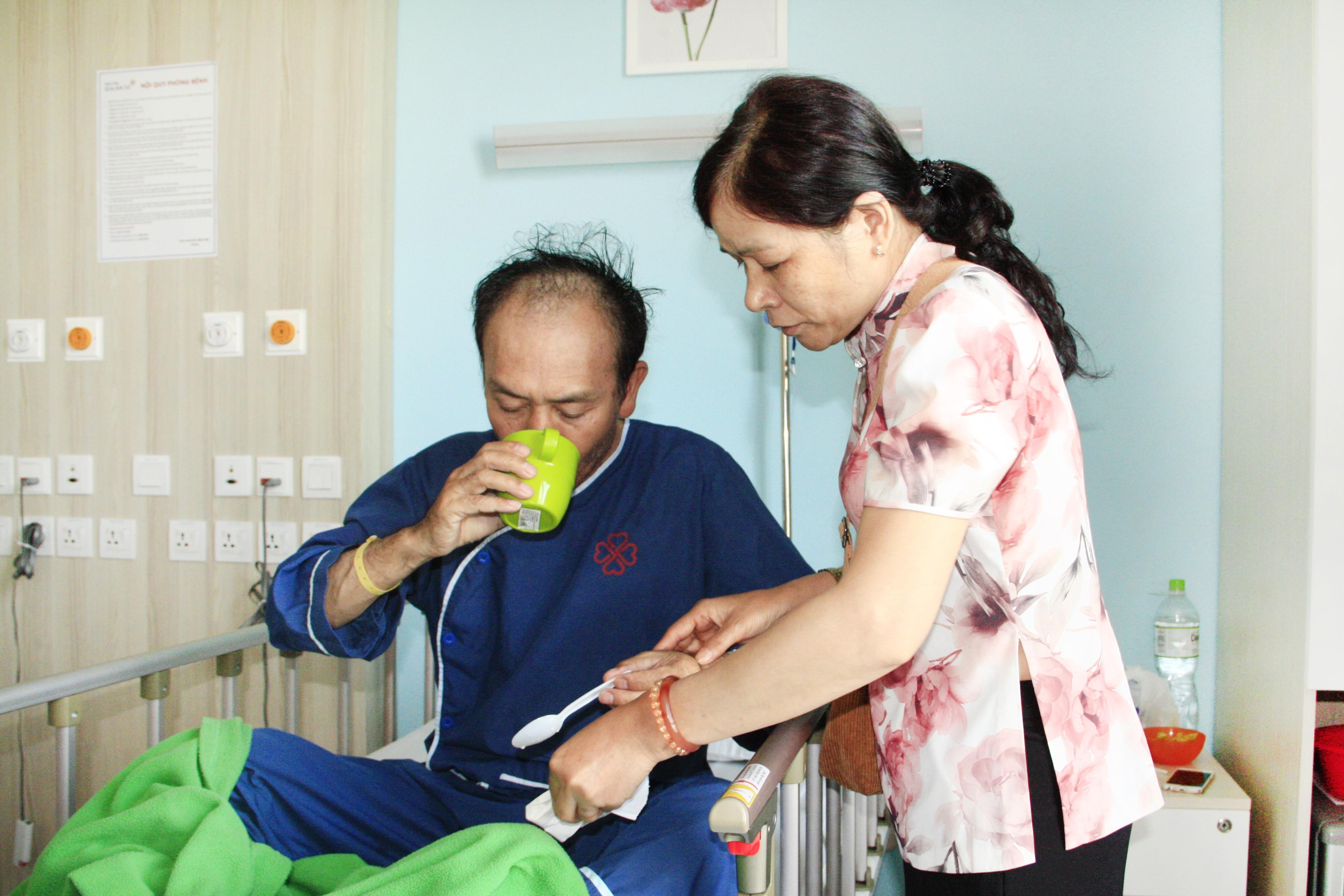 Nhập viện cấp cứu vì tự mua thuốc giảm đau uống Ảnh 1