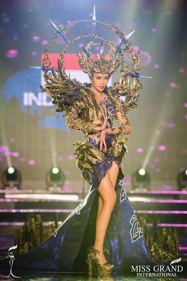 Vừa lên sóng, trang phục dân tộc dành cho Hoàng Thùy bị fan Việt và Indonesia tố đạo nhái ý tưởng Ảnh 3
