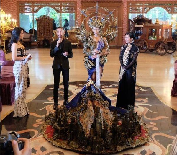 Vừa lên sóng, trang phục dân tộc dành cho Hoàng Thùy bị fan Việt và Indonesia tố đạo nhái ý tưởng Ảnh 5