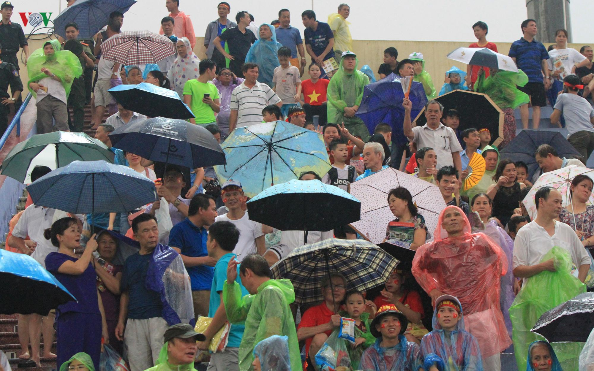 Cổ động viên đội mưa ở Việt Trì cổ vũ cho U23 Việt Nam Ảnh 7