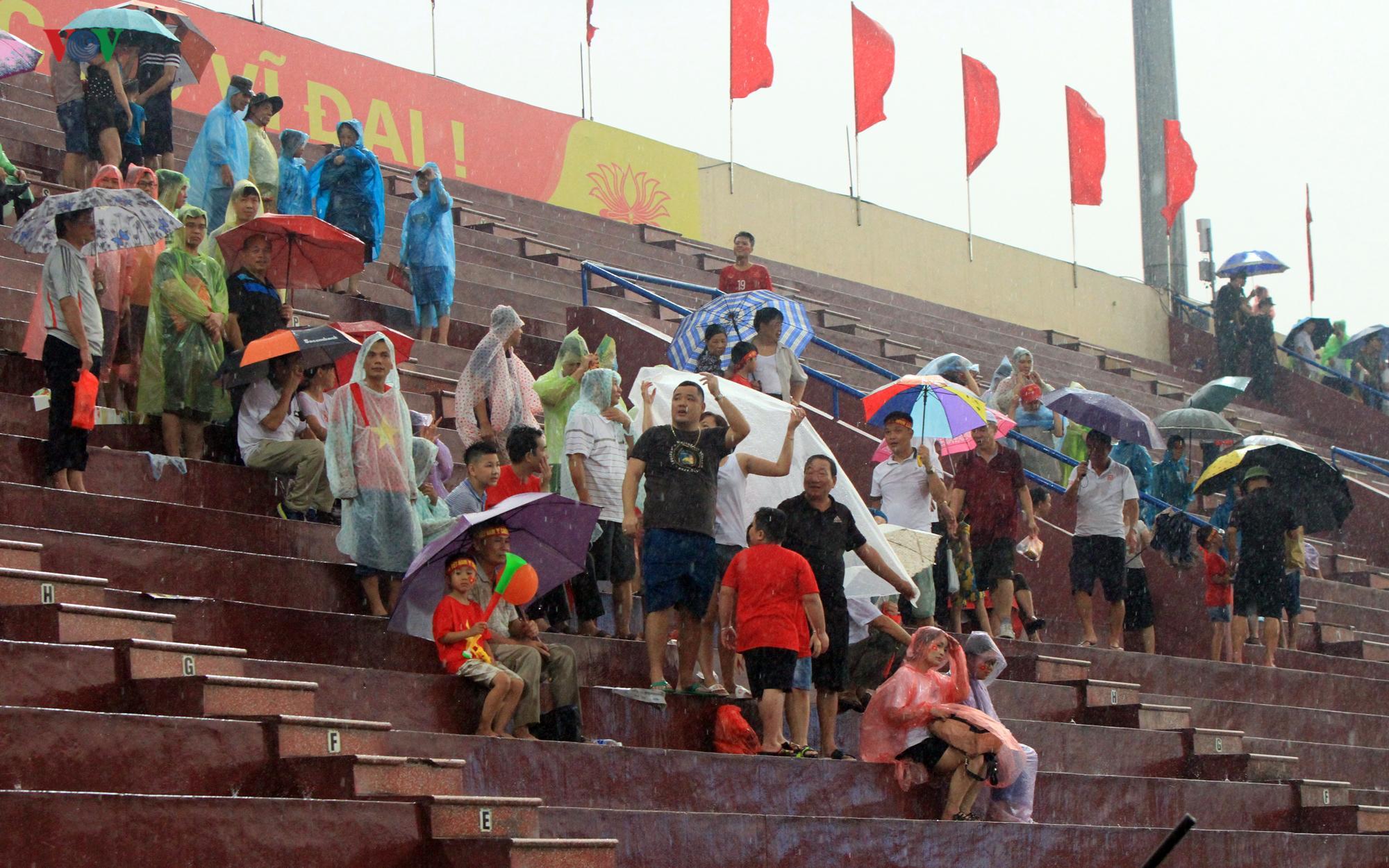Cổ động viên đội mưa ở Việt Trì cổ vũ cho U23 Việt Nam Ảnh 1