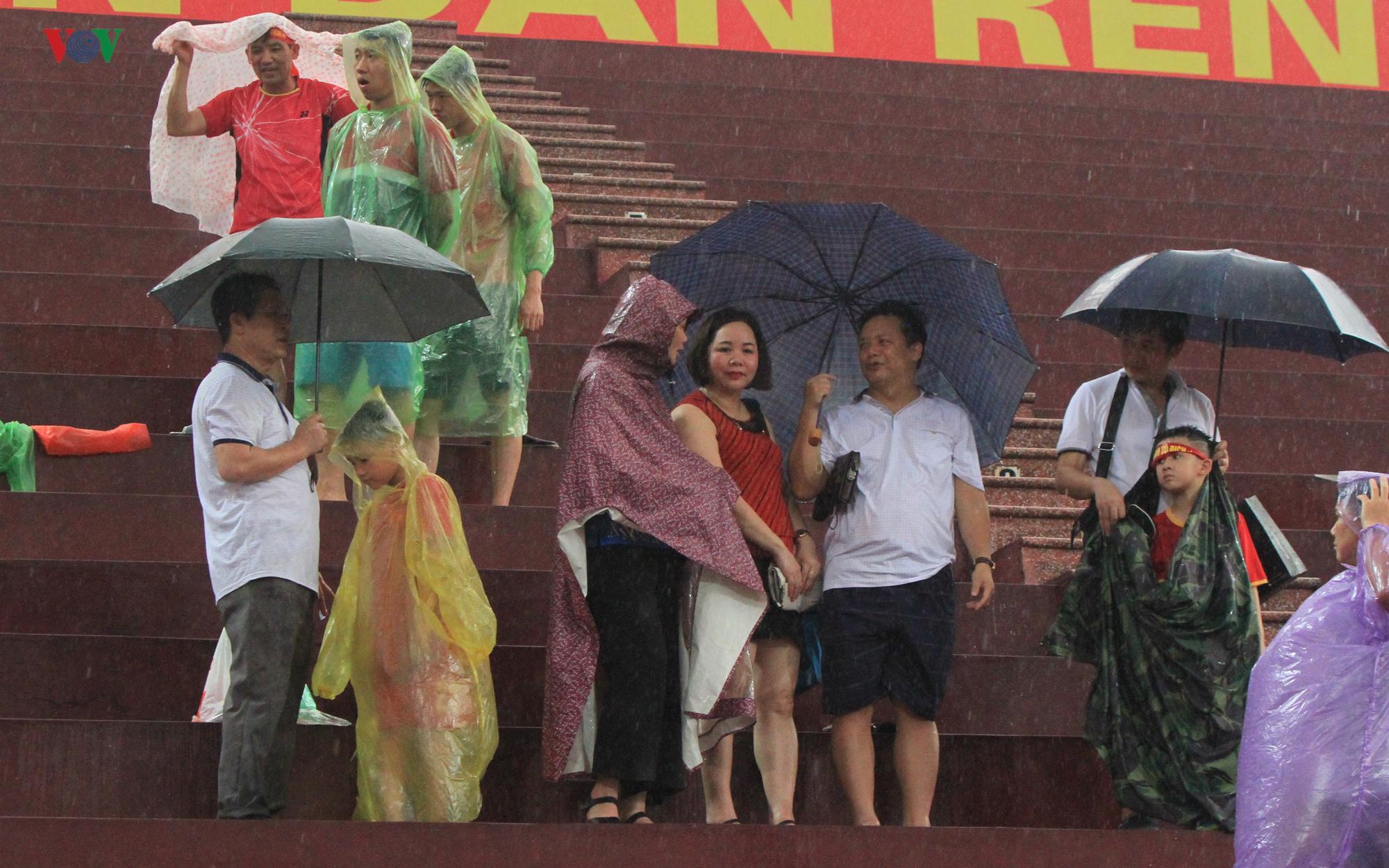 Cổ động viên đội mưa ở Việt Trì cổ vũ cho U23 Việt Nam Ảnh 3