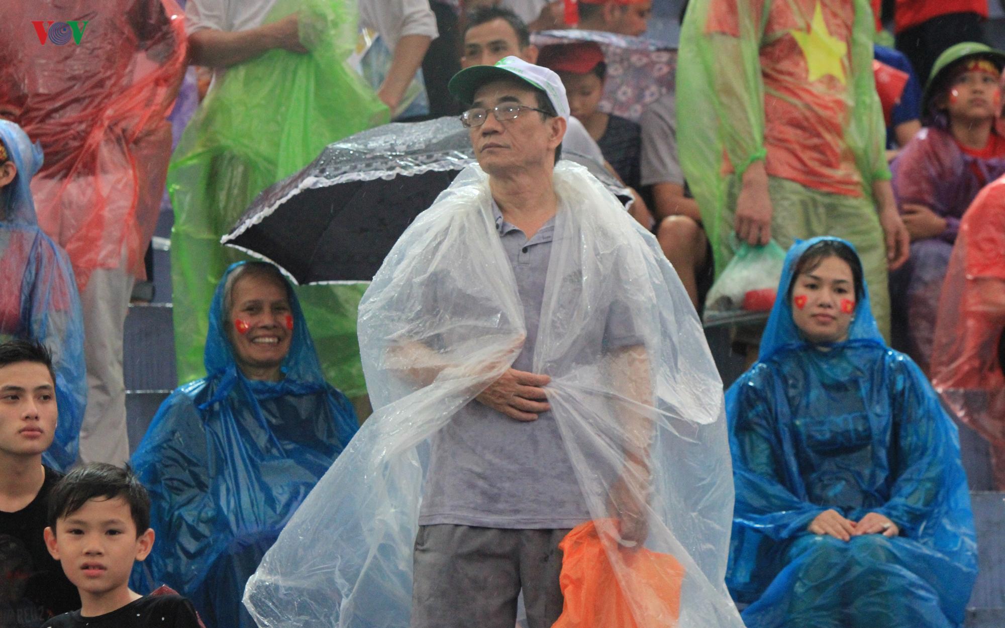 Cổ động viên đội mưa ở Việt Trì cổ vũ cho U23 Việt Nam Ảnh 9
