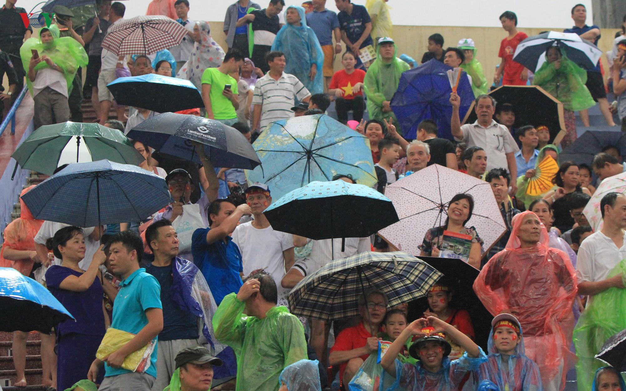 Cổ động viên đội mưa ở Việt Trì cổ vũ cho U23 Việt Nam Ảnh 10