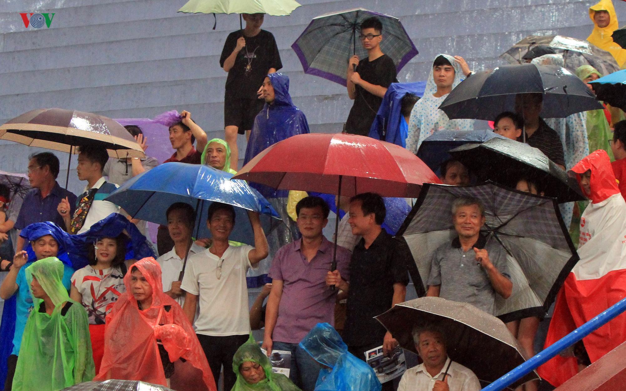 Cổ động viên đội mưa ở Việt Trì cổ vũ cho U23 Việt Nam Ảnh 2