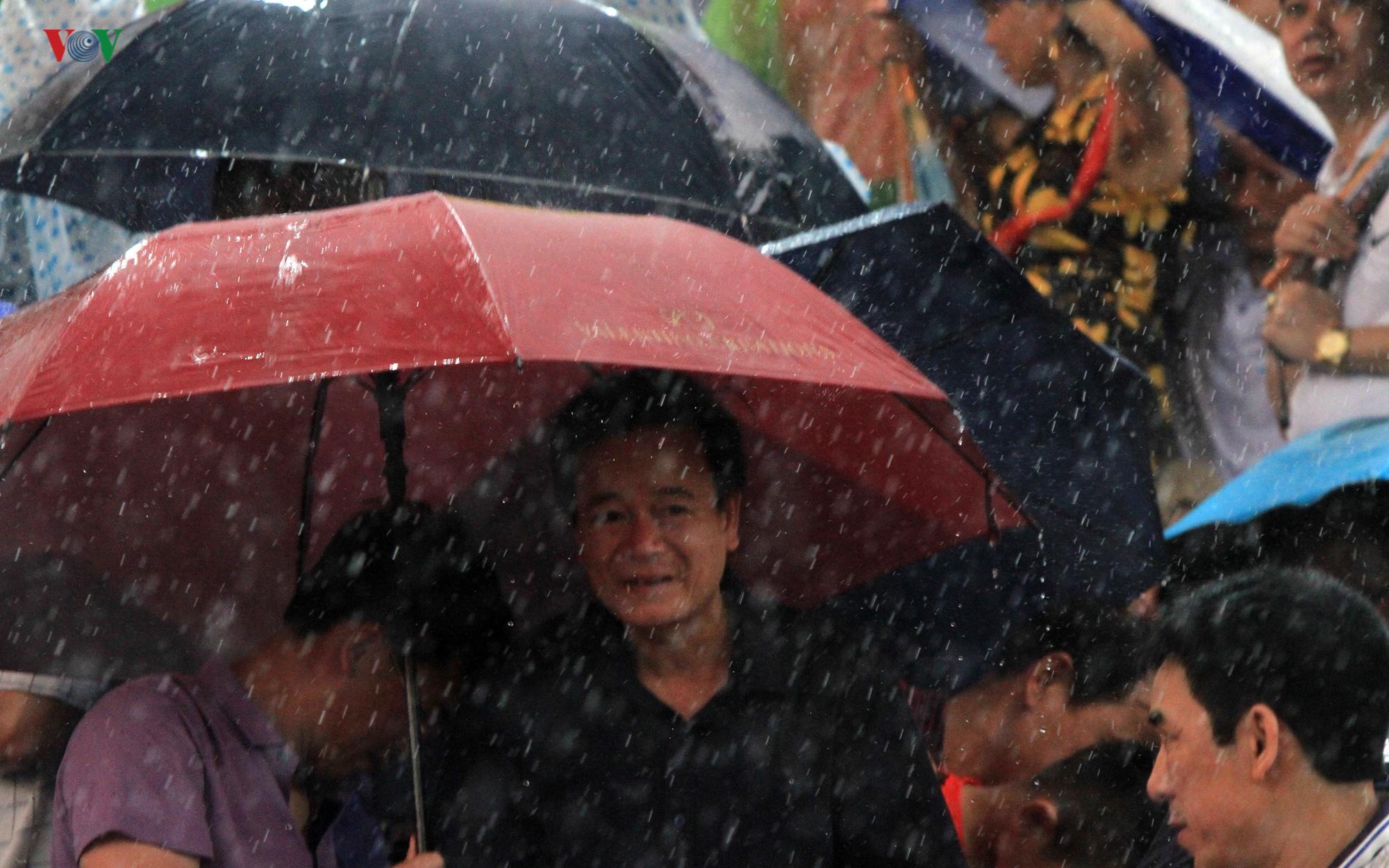 Cổ động viên đội mưa ở Việt Trì cổ vũ cho U23 Việt Nam Ảnh 4