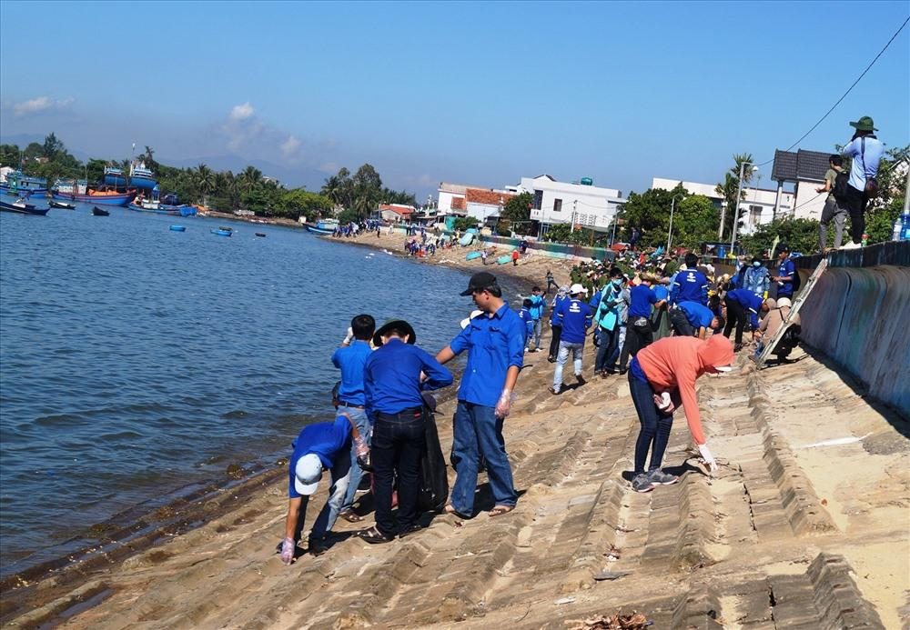 2.000 người làm sạch bờ biển Ảnh 3