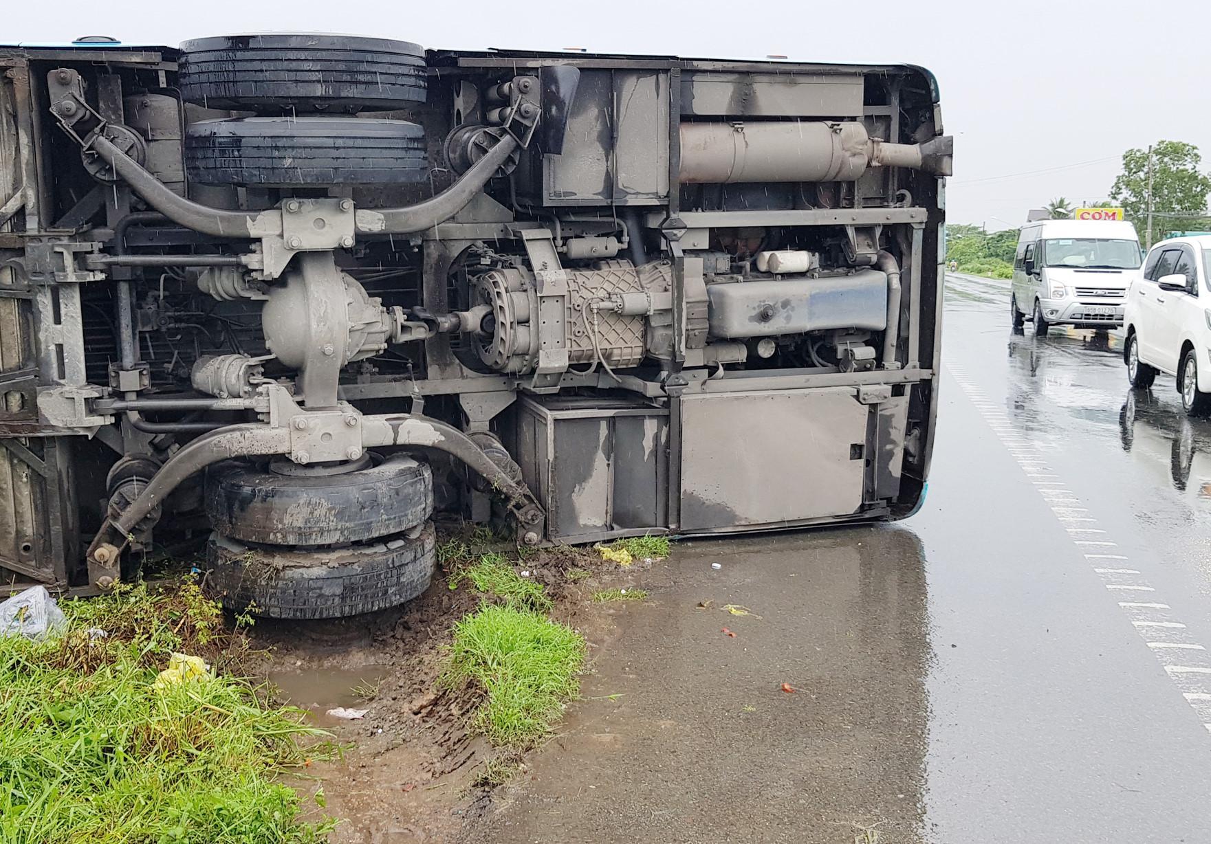 Xe khách lật ven Quốc lộ 1, hành khách đập cửa thoát nạn Ảnh 2