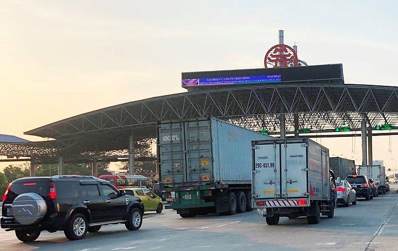 Trạm BOT Pháp Vân - Cầu Giẽ tắc kéo dài trước giờ 'bị dừng' thu phí Ảnh 1