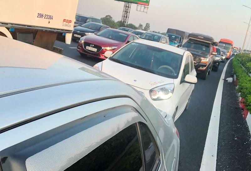 Trạm BOT Pháp Vân - Cầu Giẽ tắc kéo dài trước giờ 'bị dừng' thu phí Ảnh 9