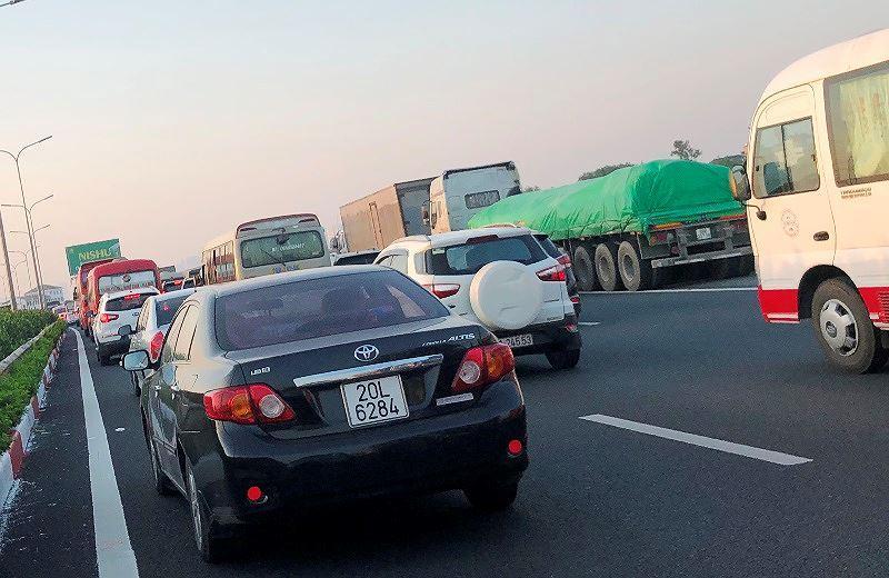 Trạm BOT Pháp Vân - Cầu Giẽ tắc kéo dài trước giờ 'bị dừng' thu phí Ảnh 10