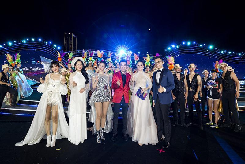 MC Huyền Châu rạng rỡ sánh đôi Đức Bảo tại sự kiện ở Đà Nẵng Ảnh 6