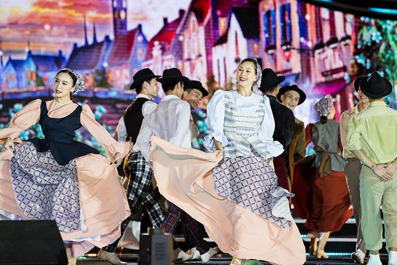 MC Huyền Châu rạng rỡ sánh đôi Đức Bảo tại sự kiện ở Đà Nẵng Ảnh 8