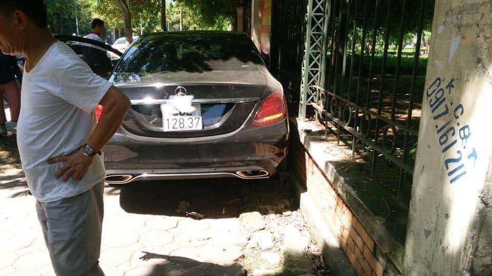Hà Nội: Xe ô tô Mercedes va chạm với xe đạp, một phụ nữ bị thương Ảnh 1