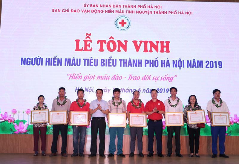 Hà Nội tôn vinh hơn 100 cá nhân, gia đình hiến máu tiêu biểu Ảnh 1