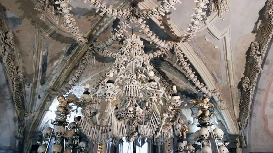 Nhà thờ 'ác mộng' được xây dựng từ 40.000 bộ xương người Ảnh 5