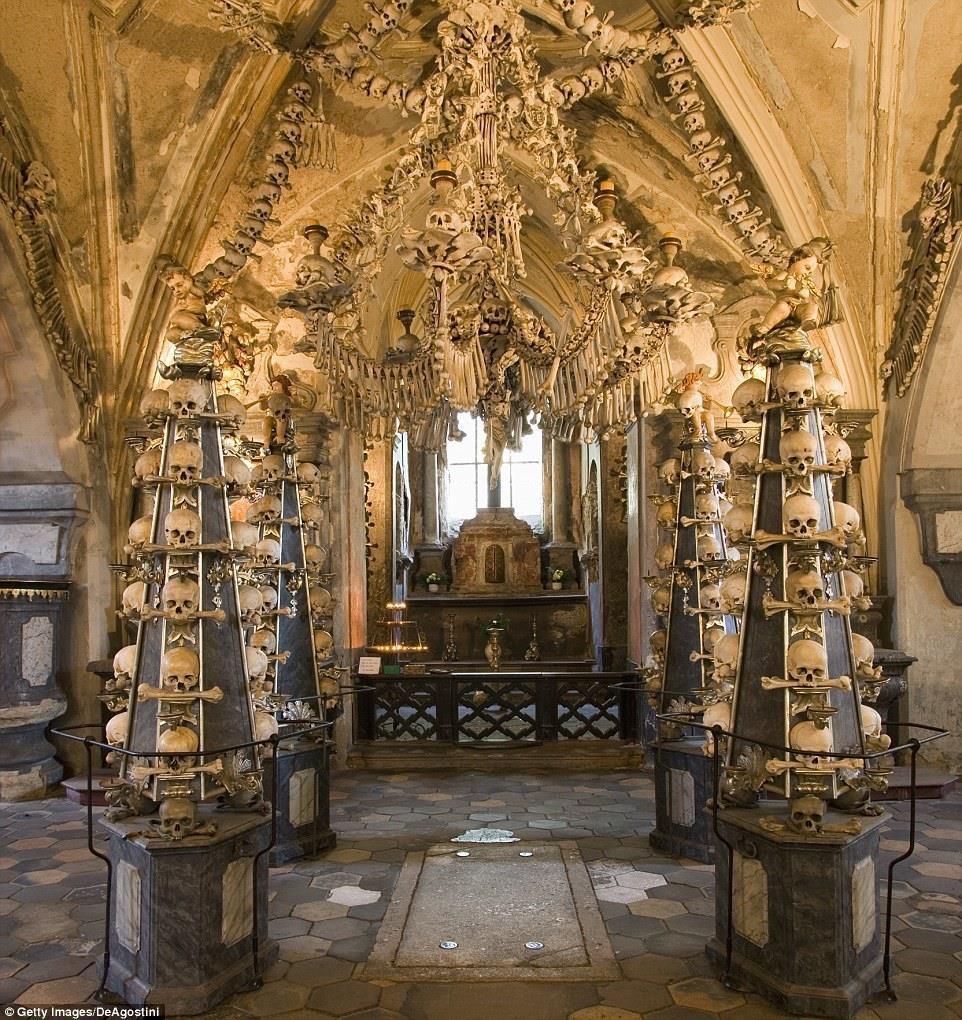 Nhà thờ 'ác mộng' được xây dựng từ 40.000 bộ xương người Ảnh 7