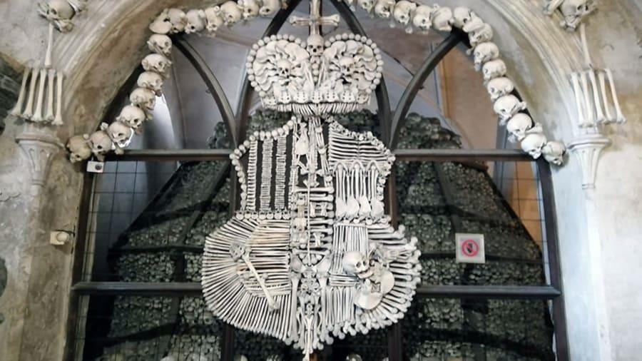 Nhà thờ 'ác mộng' được xây dựng từ 40.000 bộ xương người Ảnh 6