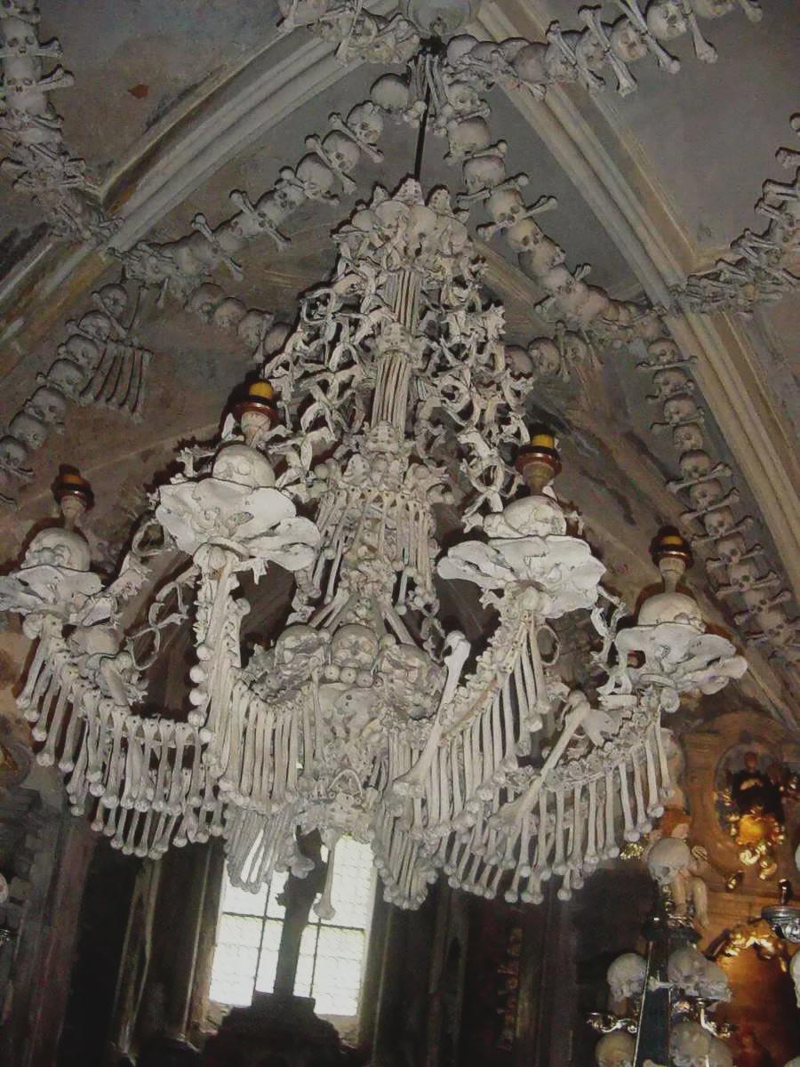Nhà thờ 'ác mộng' được xây dựng từ 40.000 bộ xương người Ảnh 8