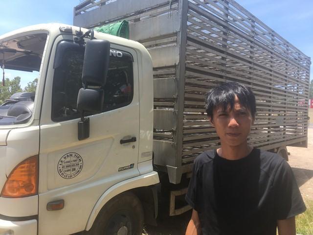 Xe tải chở vịt bị lật: Tình huống bất ngờ của lái xe Ảnh 1