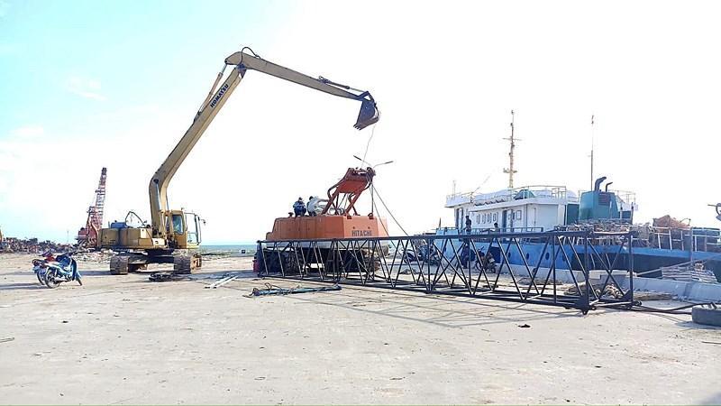 Cần cẩu sập, đè tàu cao tốc Superdong mới đóng 2 triệu USD Ảnh 3