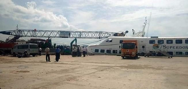 Cần cẩu sập, đè tàu cao tốc Superdong mới đóng 2 triệu USD Ảnh 1