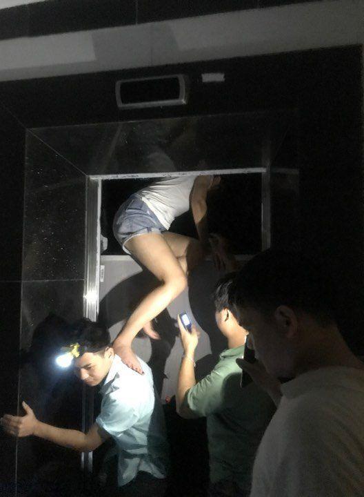 Giải cứu nhiều người mắc kẹt trong thang máy chung cư ở Hà Nội Ảnh 2