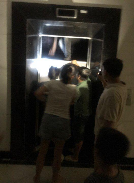 Giải cứu nhiều người mắc kẹt trong thang máy chung cư ở Hà Nội Ảnh 1