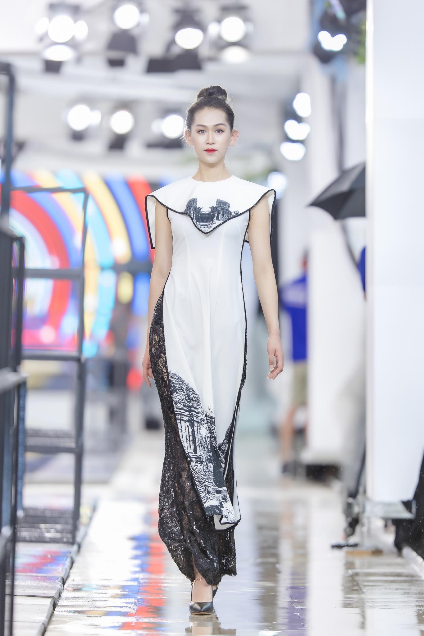 Hồng Quế diện áo dài Hà Duy, catwalk nổi bật giữa dàn mẫu Trung Quốc Ảnh 11