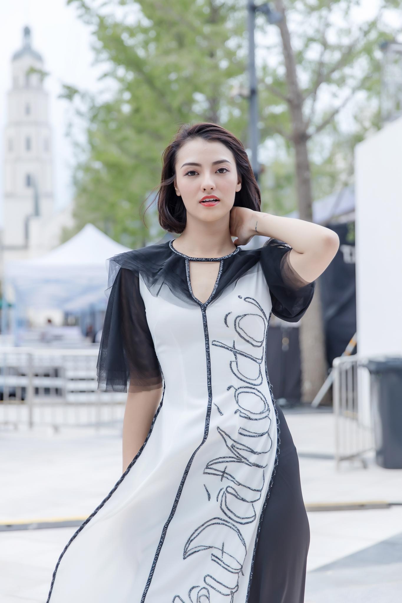 Hồng Quế diện áo dài Hà Duy, catwalk nổi bật giữa dàn mẫu Trung Quốc Ảnh 5