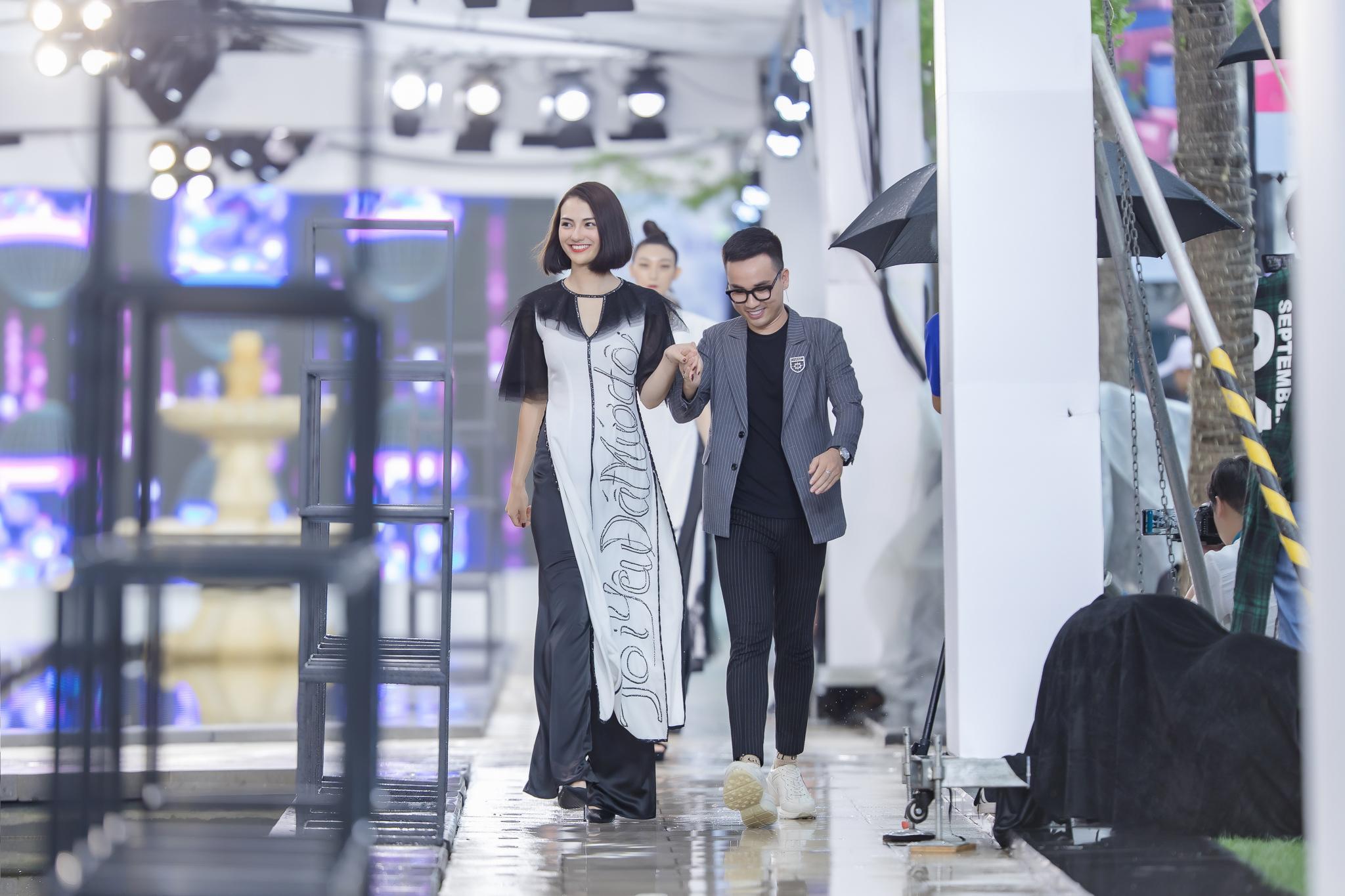 Hồng Quế diện áo dài Hà Duy, catwalk nổi bật giữa dàn mẫu Trung Quốc Ảnh 2