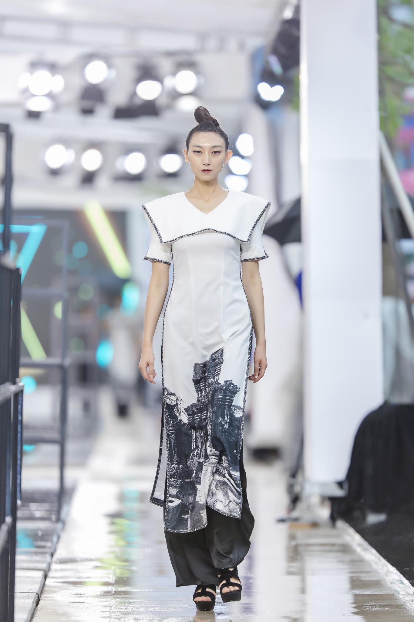 Hồng Quế diện áo dài Hà Duy, catwalk nổi bật giữa dàn mẫu Trung Quốc Ảnh 9