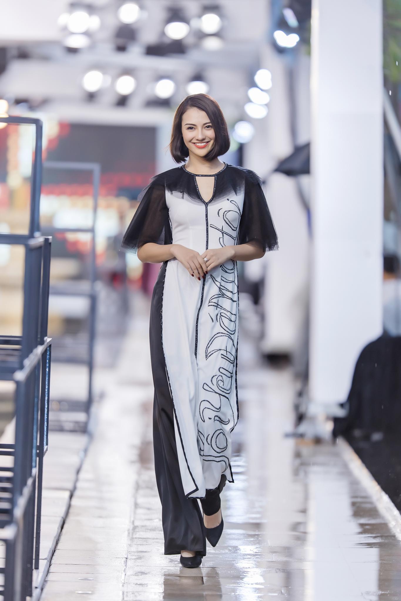 Hồng Quế diện áo dài Hà Duy, catwalk nổi bật giữa dàn mẫu Trung Quốc Ảnh 6