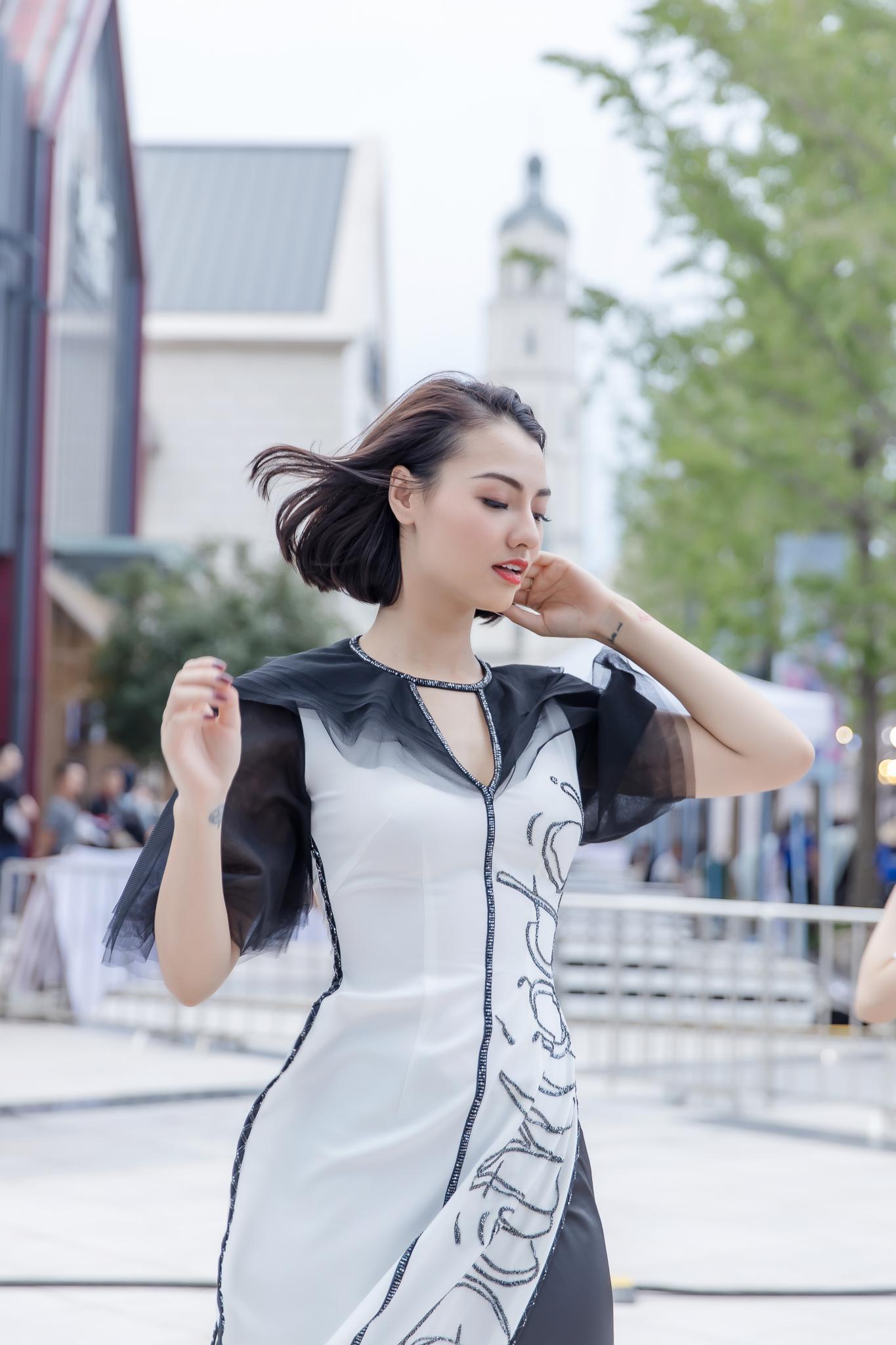 Hồng Quế diện áo dài Hà Duy, catwalk nổi bật giữa dàn mẫu Trung Quốc Ảnh 4