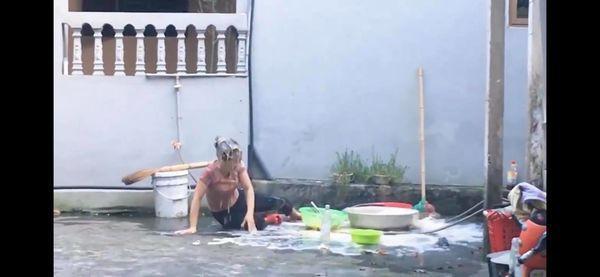 Dân mạng phẫn nộ với thanh niên ăn mừng 20k sub bằng cách đổ nguyên thau trứng lên đầu mẹ Ảnh 4