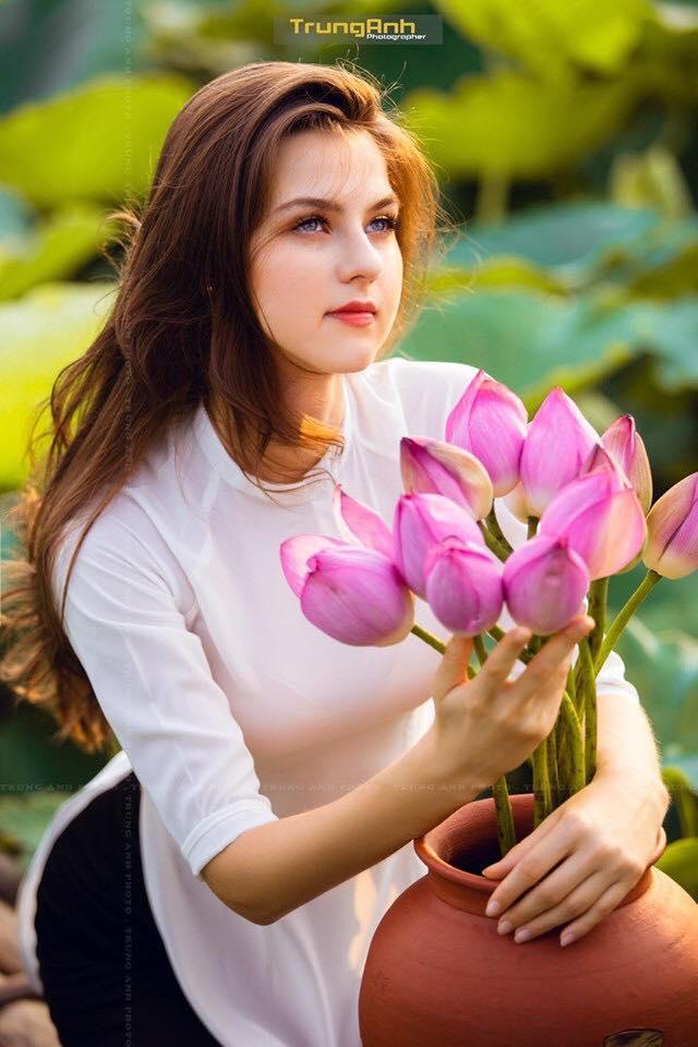 Những cô gái ngoại quốc 'đốn tim' người nhìn vì đẹp như nữ thần bên sen Ảnh 2