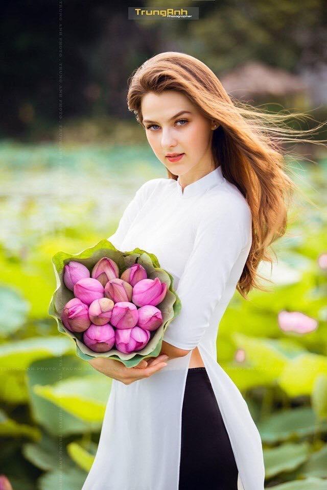 Những cô gái ngoại quốc 'đốn tim' người nhìn vì đẹp như nữ thần bên sen Ảnh 1