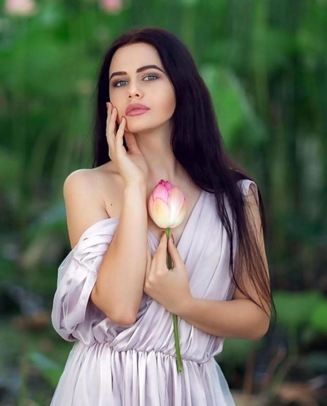 Những cô gái ngoại quốc 'đốn tim' người nhìn vì đẹp như nữ thần bên sen Ảnh 11