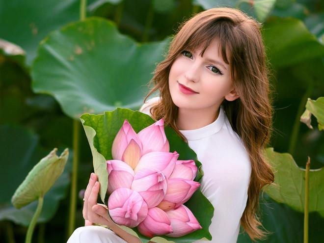 Những cô gái ngoại quốc 'đốn tim' người nhìn vì đẹp như nữ thần bên sen Ảnh 10